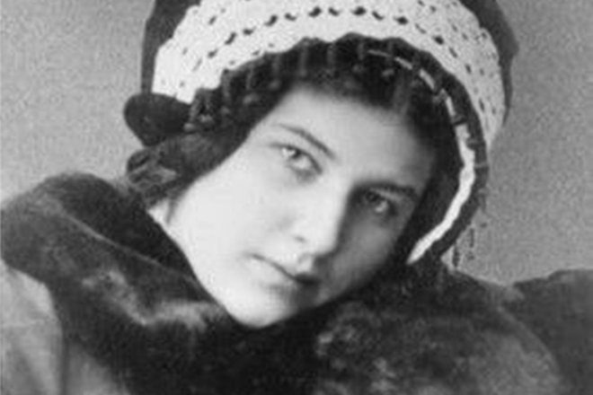 Why did the revolutionary Larissa Reisner entered the harem of the Emir of the Afghan