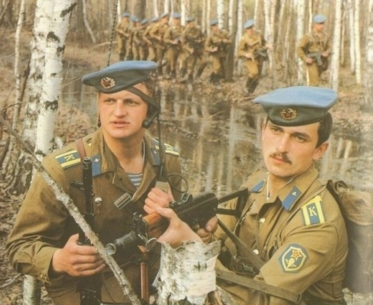Why do Soviet paratroopers were first raspberry beret