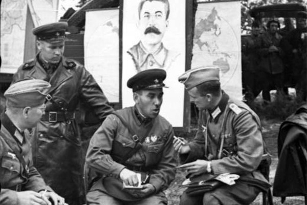 Why the Soviet Union supported Nazi Germany in the beginning of the Second world