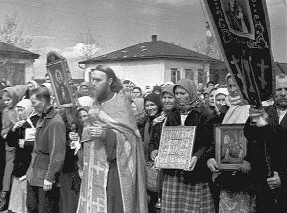 What is the salary in the USSR was given to the priests