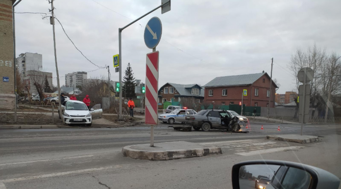 """Two cars collided in the Kirov region — """"Nissan"""" completely crushed the right side"""