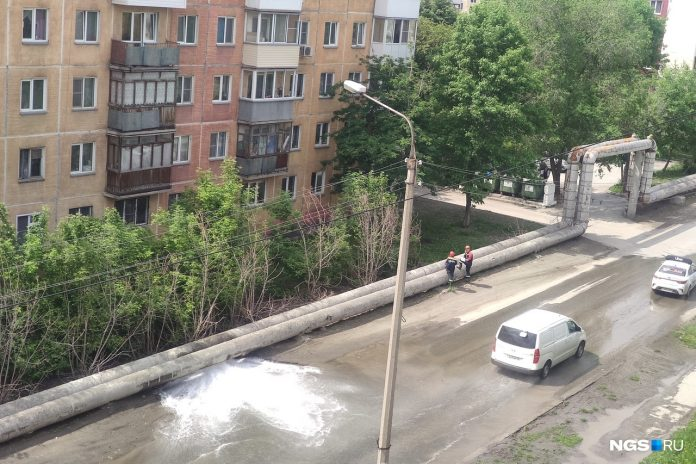 Dzerzhinsky district burst pipe water flooded the roadway