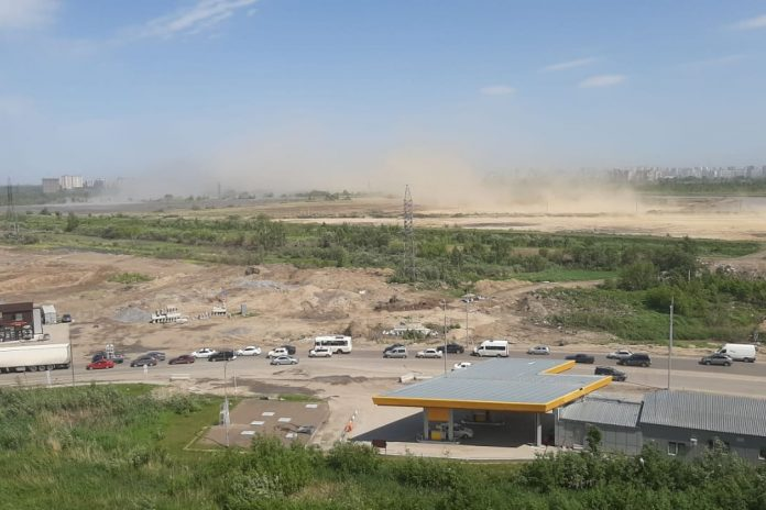 In Novosibirsk began the sandstorm photo and video how strong the wind blows the trees and stop