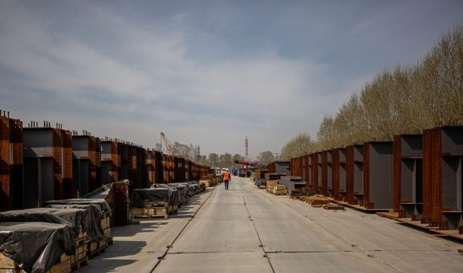 In the area of construction of the fourth bridge on the right Bank began to change Windows in houses