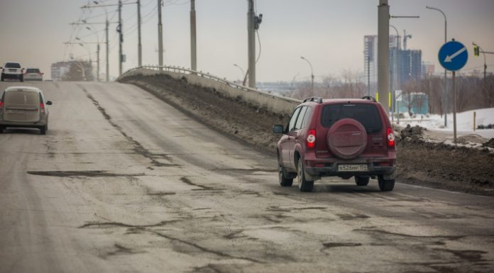 """""""Leaky Novosibirsk"""": the drivers are paid for the examination of the roads and is now asking the municipality to urgently fix them"""