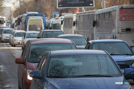 The drivers got up in the dead of traffic on Fadeeva — the new road even in isolation in the morning there is a traffic jam