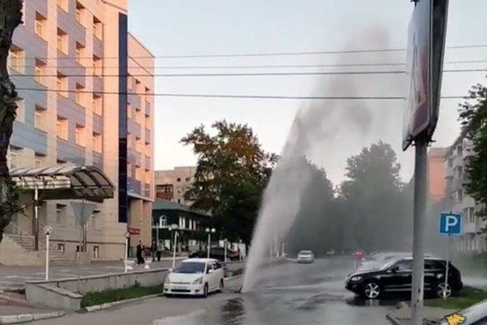 From the well in the Leninsky district scored a fountain of water flooded parked cars