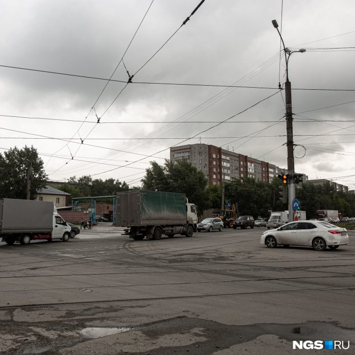 Place in Novosibirsk, where the 4 series are transformed into one — drivers choke to see who will get through