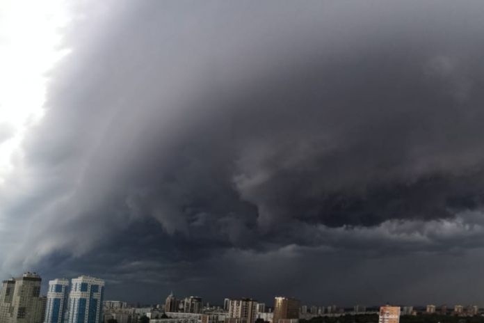 Stormy skies covered the city: 10 impressive photos from Novosibirsk