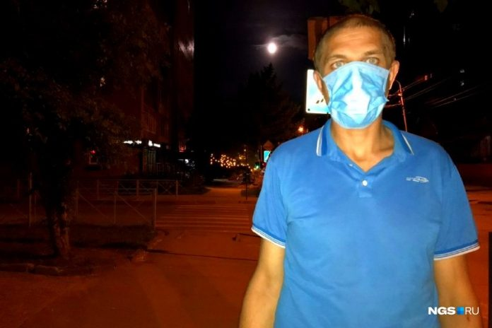 The gift is fine: a policeman handed the mask to the parole violator in the Novosibirsk metro