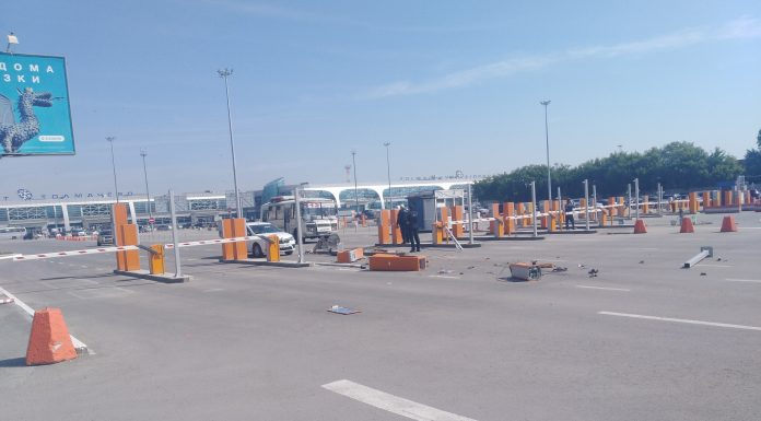 The taxi driver tore down a gate at the exit from the airport Tolmachevo
