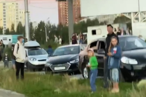 Watch fireworks in honor of the Victory parade in Novosibirsk gathered a crowd of people