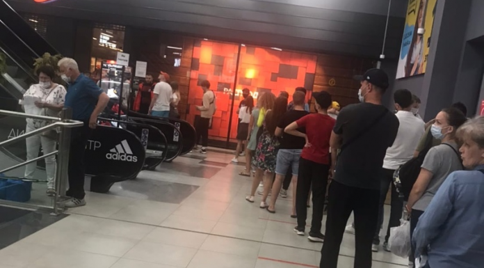 """In the discount center """"Nike"""" in TC """"Continent"""" lined up a huge queue"""