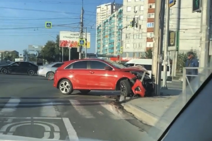 In the Kirov district of the KIA crashed into a pole near the scene of an accident on the road found a deep hole