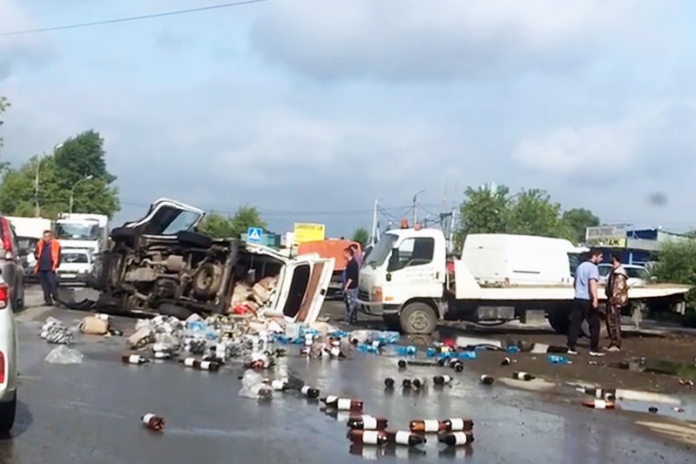 In the Kirov region overturned truck with beer bottles spilled on the roadway