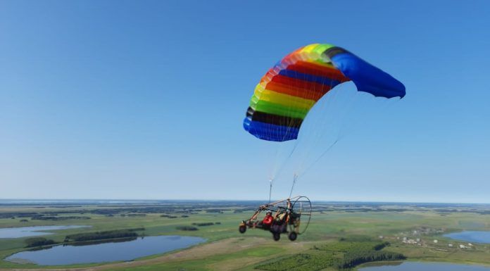 Motoparaplane landed near Novosibirsk — they want to set a world record: 7 frames of Mochishche