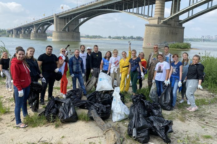 Novosibirets called friends to clean up the waterfront — they gathered 60 bags of trash (even responded to Vice-mayor)