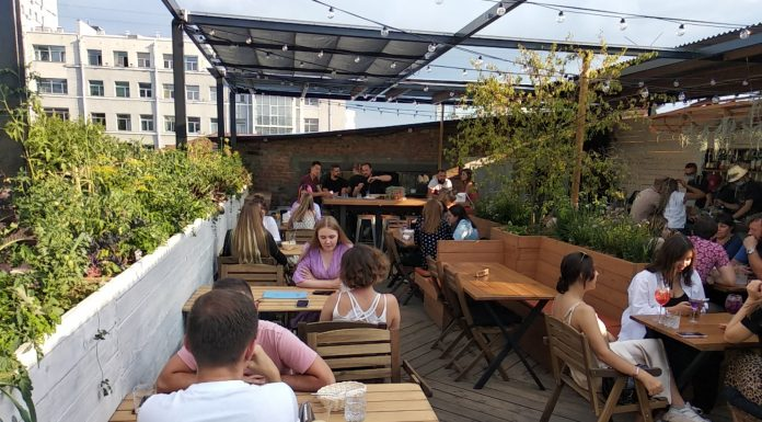 On the roof of the historic building earned an outdoor bar. How to get there and what is on the menu