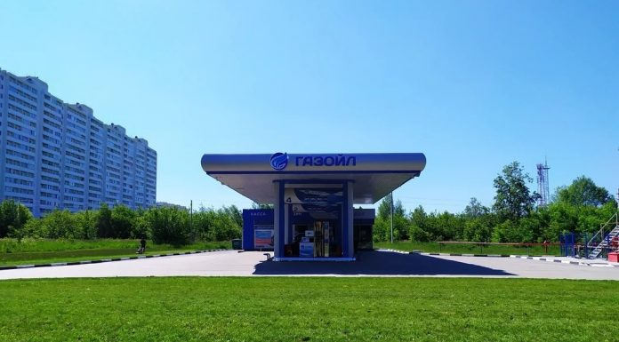 The network of filling stations invited the city's residents to save on fuel to 3 rubles from each liter