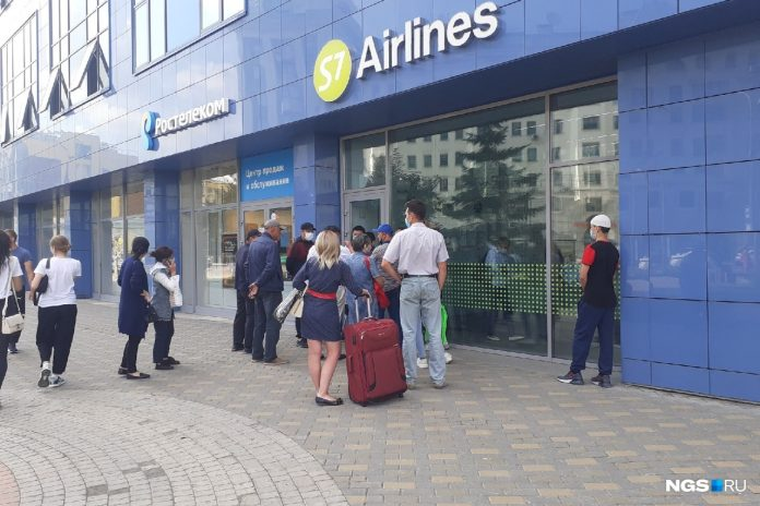 The office S7 in the centre of Novosibirsk, a crowd gathered — tell where people will fly