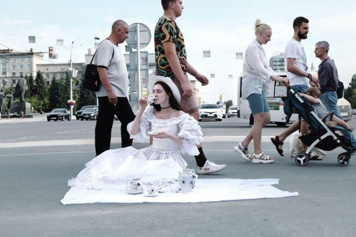 Mad tea party: Novosibirsk photographer took a picnic among the machines on Red Avenue
