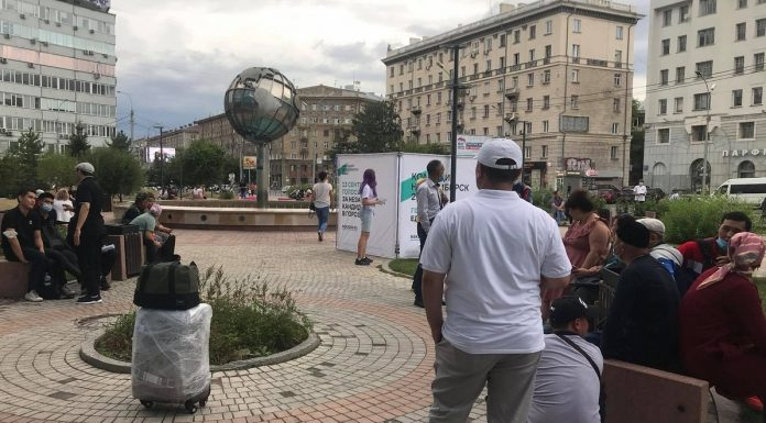 Near the office S7 in Novosibirsk, a crowd of people — explain where they want to go