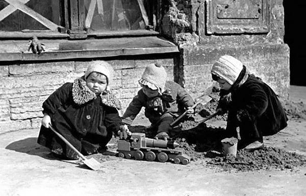 In what areas of the USSR children were trafficked from Moscow in 1941