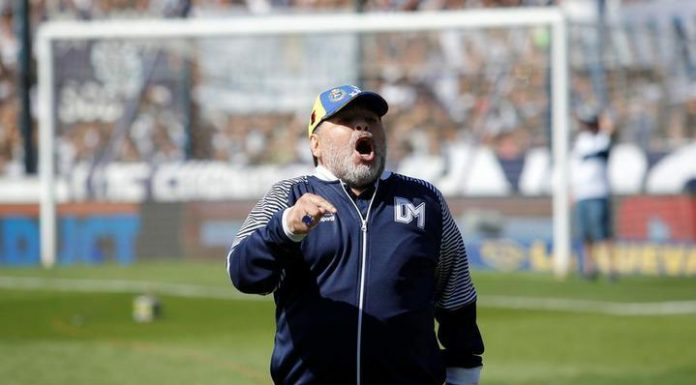 Maradona during the match gave an unknown substance. Video