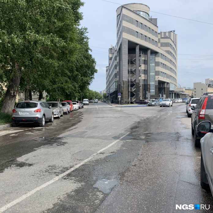 A major street in Novosibirsk is interrupted unexpectedly by a sign
