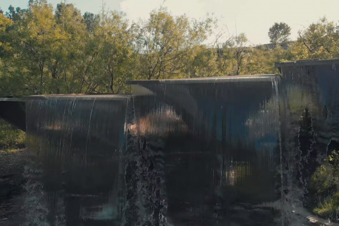Novosibirsk blogger videotaped a glass waterfall is very beautiful