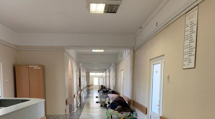 People are right in the corridors: two stills from the crowded hospitals of Novosibirsk for patients with Kovalam