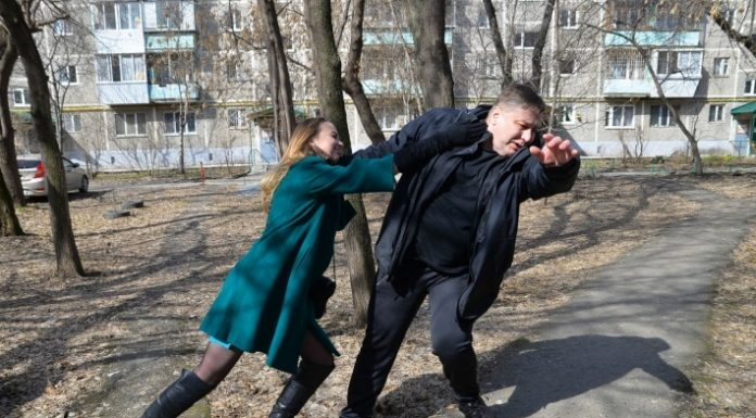 Self-defense for dummies: 4 video from a trainer in unarmed combat