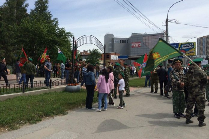 The guards arranged a holiday in Novosibirsk square crowd without masks got in the photo