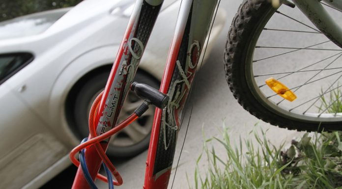Group analysis: the cyclist-jumper framed under the car, but the extreme can become a driver