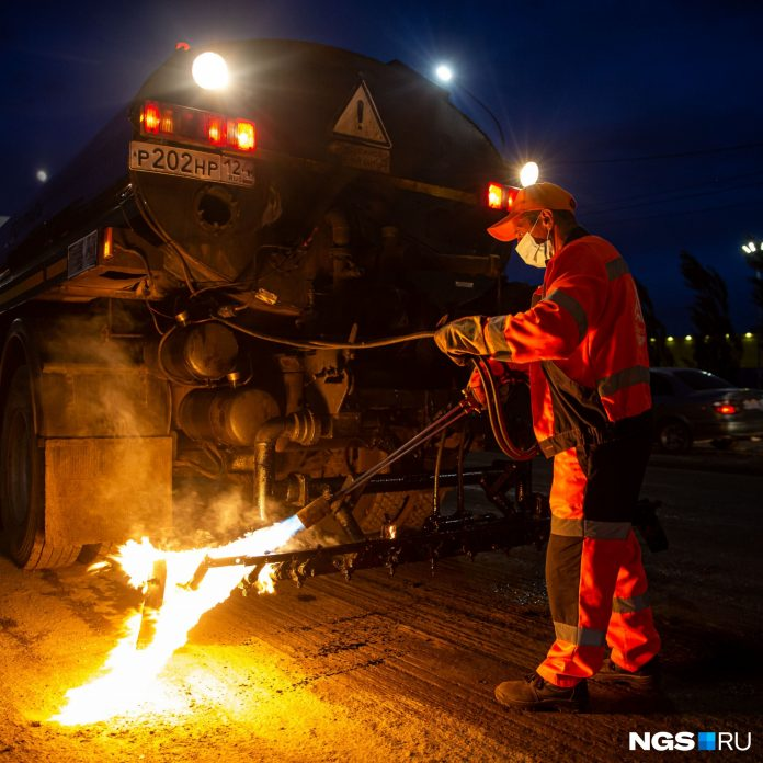 In Novosibirsk at night, improving the road — see photo of repair of the Bolshevik