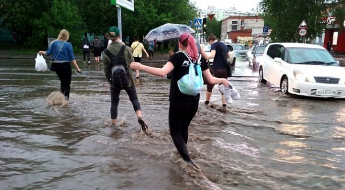 The flood in Novosibirsk: on the streets of the city flowed the river (updated)
