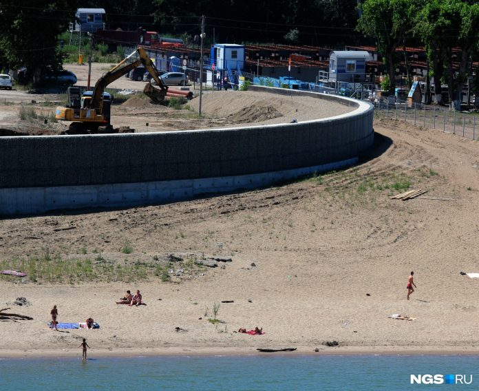 Novosibirsk broke on the private beach near the construction site of LDS