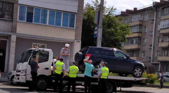 The hostess crossover climbed onto a tow truck in Novosibirsk and scandal — she saved the car from the tow yard