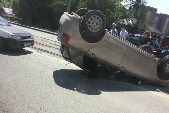 The Toyota rolled onto the roof and blocked the tram tracks in the Dzerzhinsk region