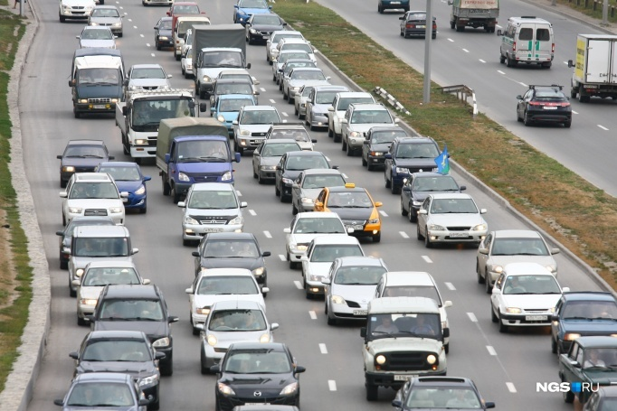 Motorists got stuck in traffic in the area of Berdsk, the jam stretched 10 kilometres