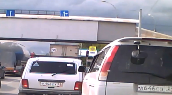Road wars. Watch as two hard-nosed driver butting for the right to go first — who will win?